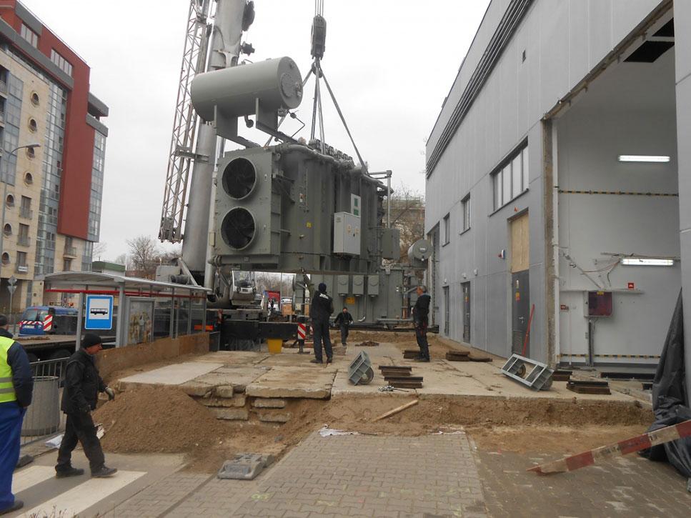 Montaż transformatorów do stacji transformatorowej